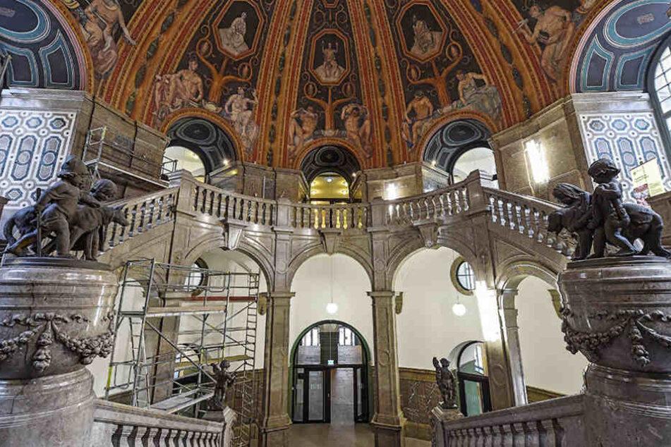 In der frisch sanierten Kuppelhalle im Rathaus stehen schon wieder  Baugerüste.