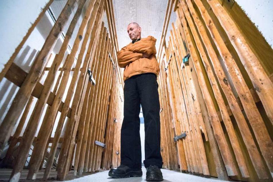 17 Keller aufgebrochen und die Schlösser gestohlen: Mieter Wolfgang Kleist (63) fühlt sich im eigenen Haus hilflos, hat das eigene Abteil sicherheitshalber leergeräumt.