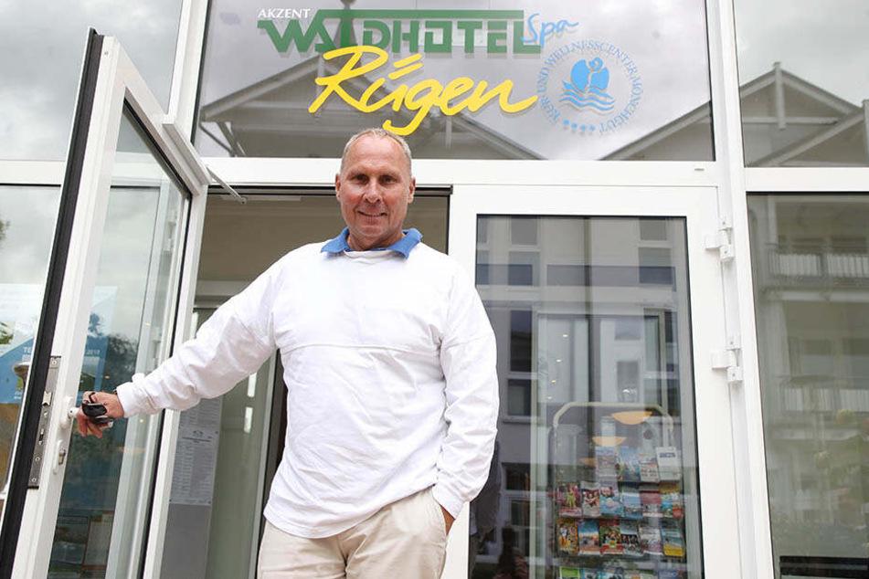Hereinspaziert! FCE-Boss Helge Leonhardt öffnet die Tür zum Auer Team-Hotel auf Rügen.