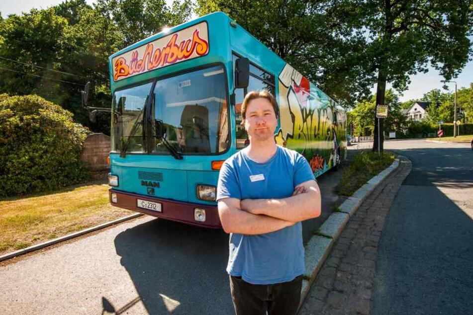 Der Bücherbus ist mit 27 Jahren das dienstälteste Fahrzeug im städtischen Fuhrpark. Gelenkt wird er von Artur Krätz (33).