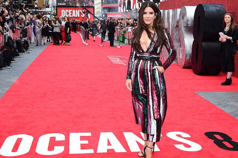 """Sandra Bullock steht am 13.06.2018 in London auf dem roten Teppich der Europapremiere von """"Oceans 8""""."""
