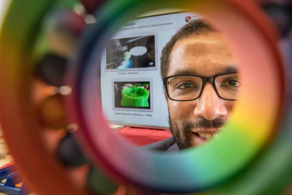 Patrick Ongom-Along zeigt an der Technischen Universität in Ilmenau ein Kugellager aus dem 3D-Drucker.
