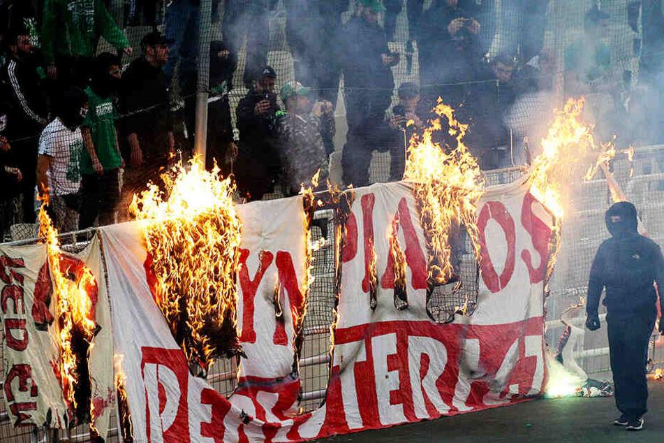 Brutale Hooligans sorgen für Spielabbruch im Derby