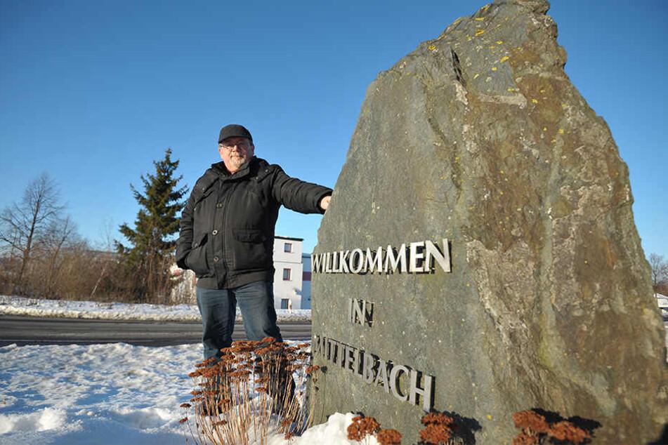 Selbstbewusster Mittelbacher am großen Ortsstein: Gunter Fix (54) ist stolz  auf sein Dorf im Grünen.