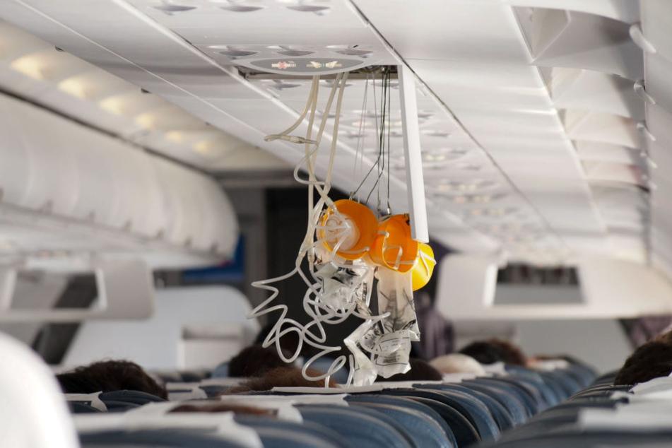 Weil der Co-Pilot seiner Lust auf eine Zigarette nachgab, fielen im Flieger kurz darauf sogar die Sauerstoffmasken aus der Decke. (Symbolbild)