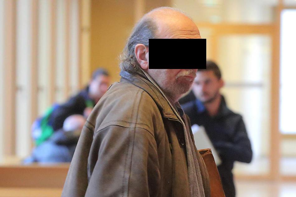 Bernd A. (72) nervt seine Mitbewohner im Haus mit lauter Musik. Jetzt bekam er Ärger mit dem Amtsrichter.