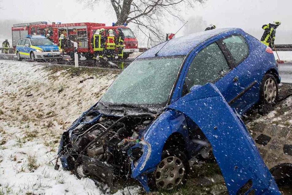 Bei heftigem Schneefall: Peugeot schleudert in Graben