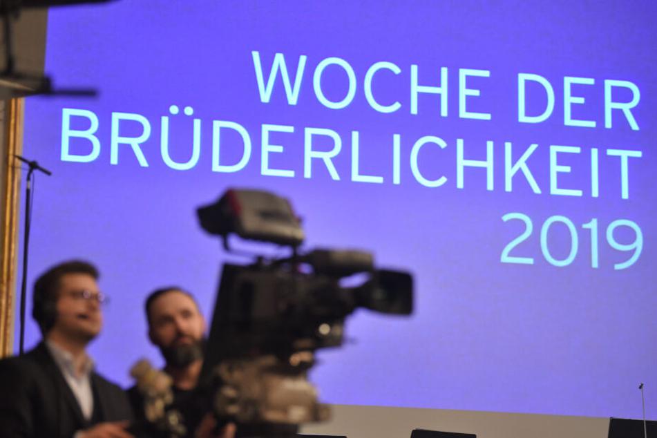 """Der Schriftzug """"Woche der Brüderlichkeit"""" ist im Staatstheater zu lesen. Hier findet die Zentrale Eröffnungsfeier zur Woche der Brüderlichkeit statt."""