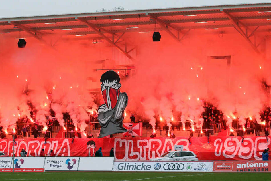Die Erfurter Fans feierten ihr 20-jähriges Bestehen mit einer Pyro-Show.