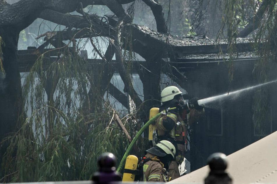 Feuerwehrleute bekämpfen das Feuer am Club der Visionäre.