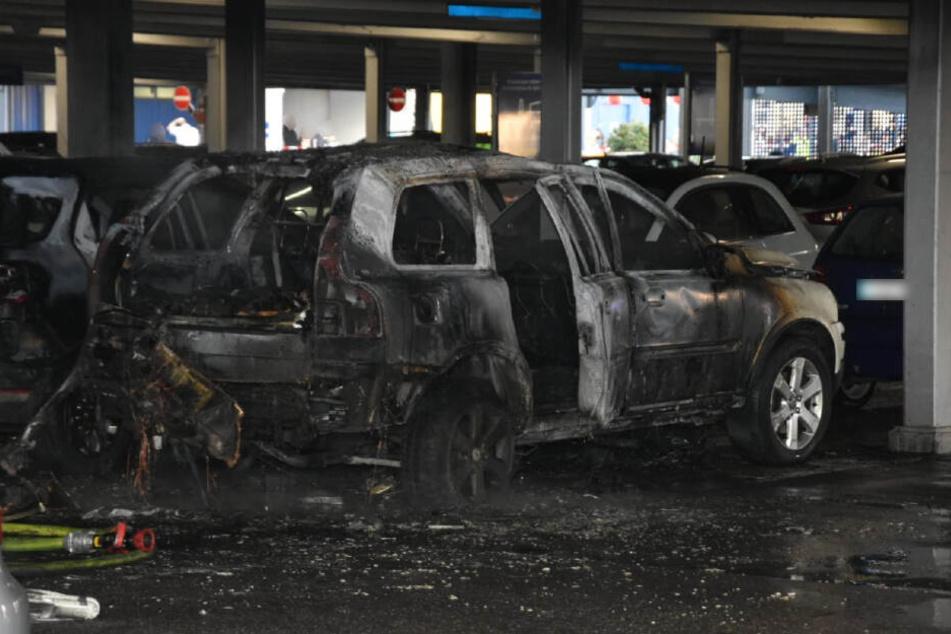 Das Feuer brach in einem Fahrzeug im Parkhaus aus.