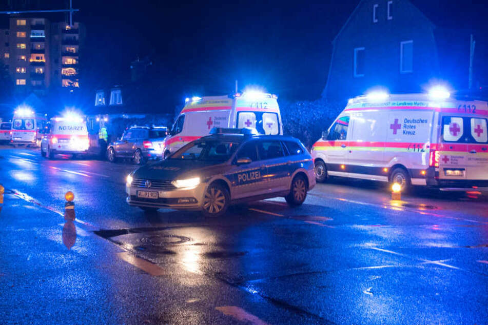 Polizei und Rettungsdienst im Einsatz: Die Straße musste mehrere Stunden gesperrt werden.