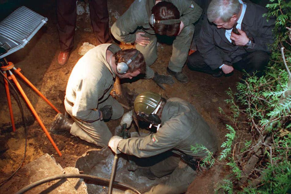 Im Garten von Lutz Reinstrom entdecken die Ermittler die vergrabenen Säurefässer.