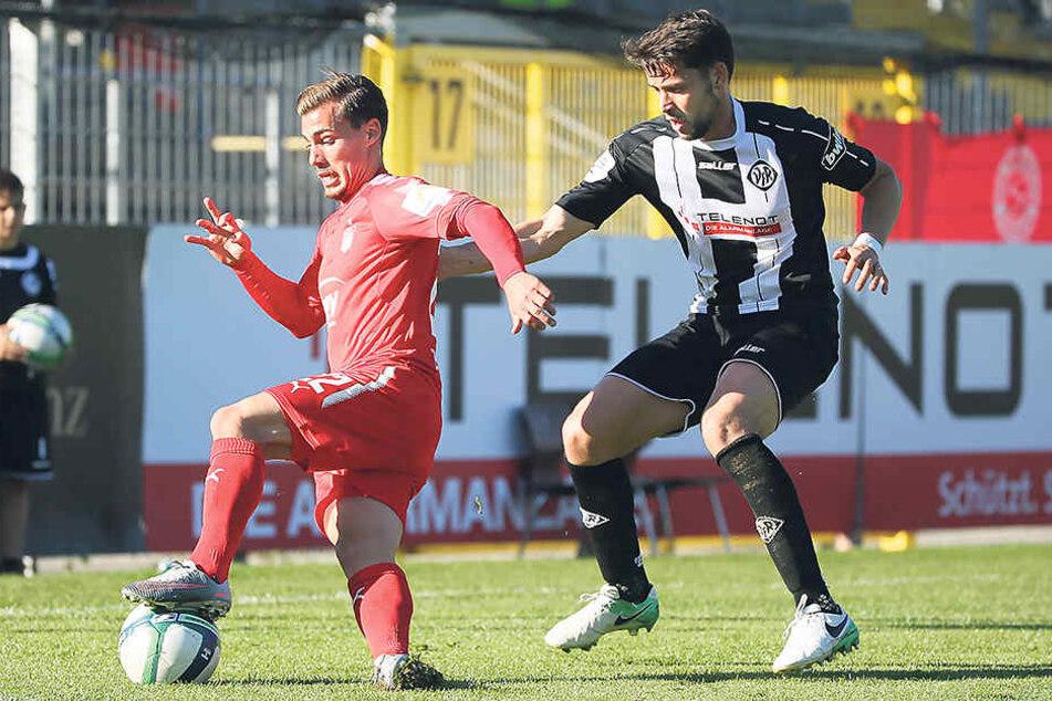 Der eingewechselte Sinan Tekerci (l., gegen Sascha Traut) wurde für seine schlechte Leistung vom Trainer und den Kollegen kritisiert.