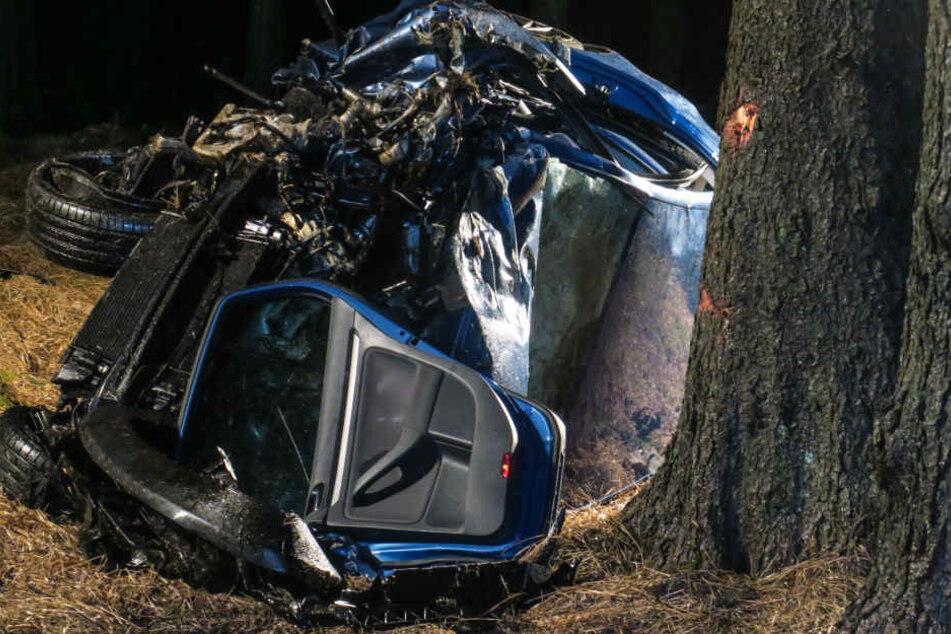 Der VW wurde im Frontbereich den Unfall komplett demoliert.