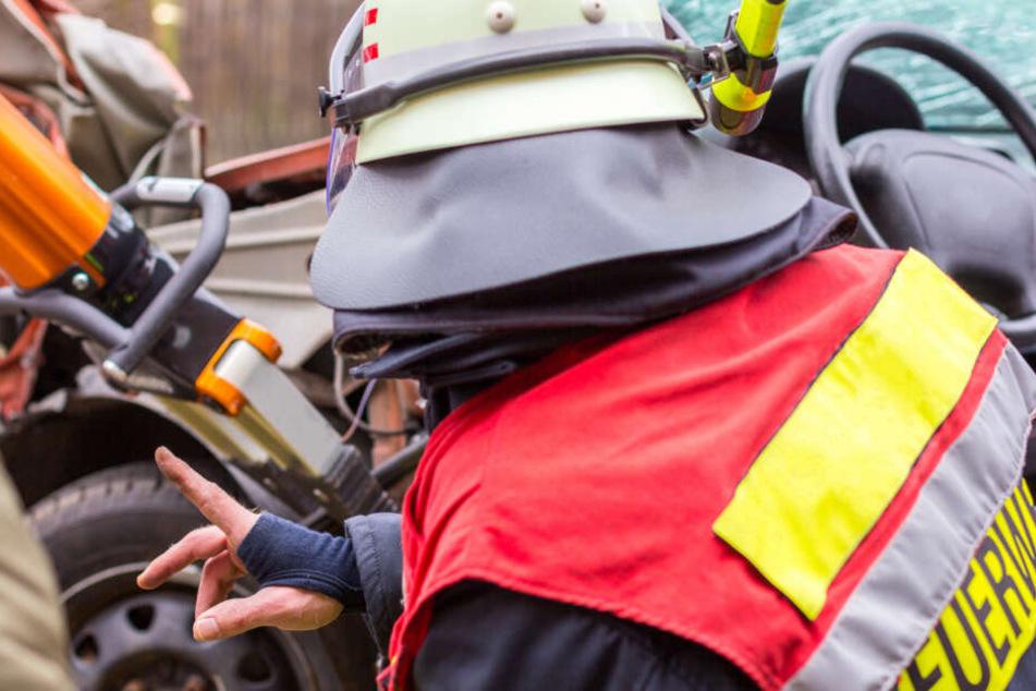 23-Jähriger und 19-Jährige krachen bei Leipzig gegen Baum, Auto geht in Flammen auf