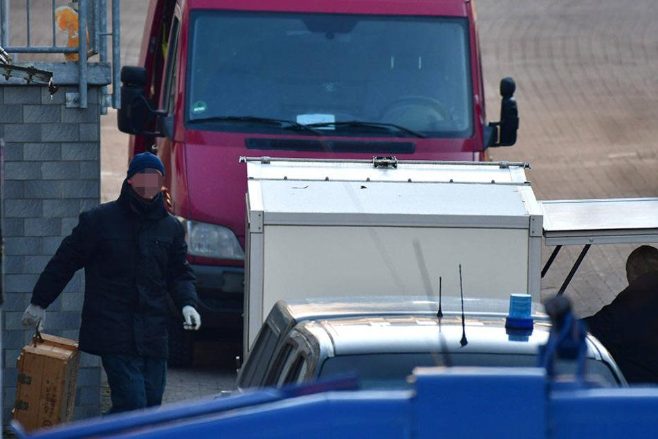Polizisten verladen den Sprengstoff in speziellen Schutzbehältern, um ihn abzutransportieren.