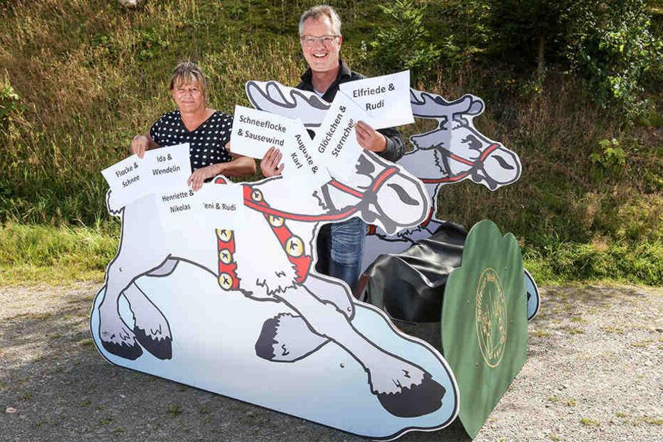 Die Seiffener Touristinfo-Leiterin Anke Gläßer und der Spielzeugmachermeister Tino Günther mit dem Rentiermobil.