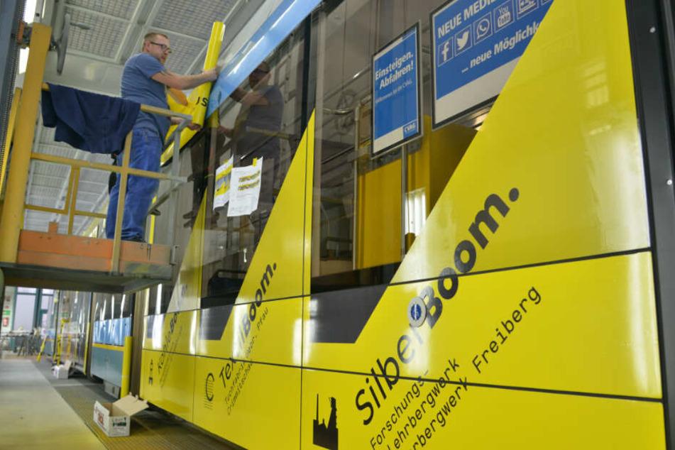 Oben angekommen: Repromedia-Arbeiter André Kaiser (35) beklebt das Tram-Dach mithilfe einer Hebebühne.