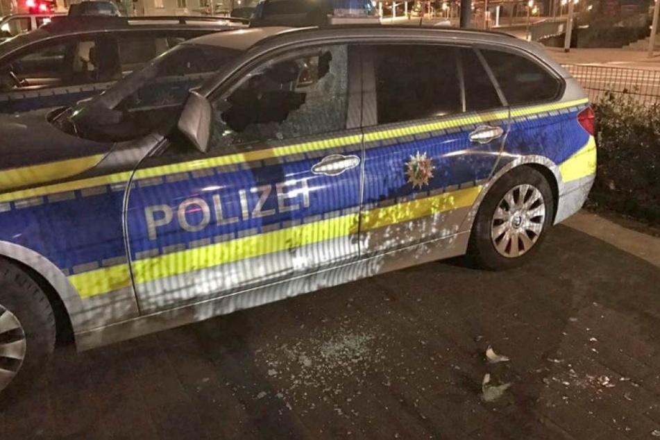 Vier Mädchen demolieren Polizeiwagen und greifen Beamte an