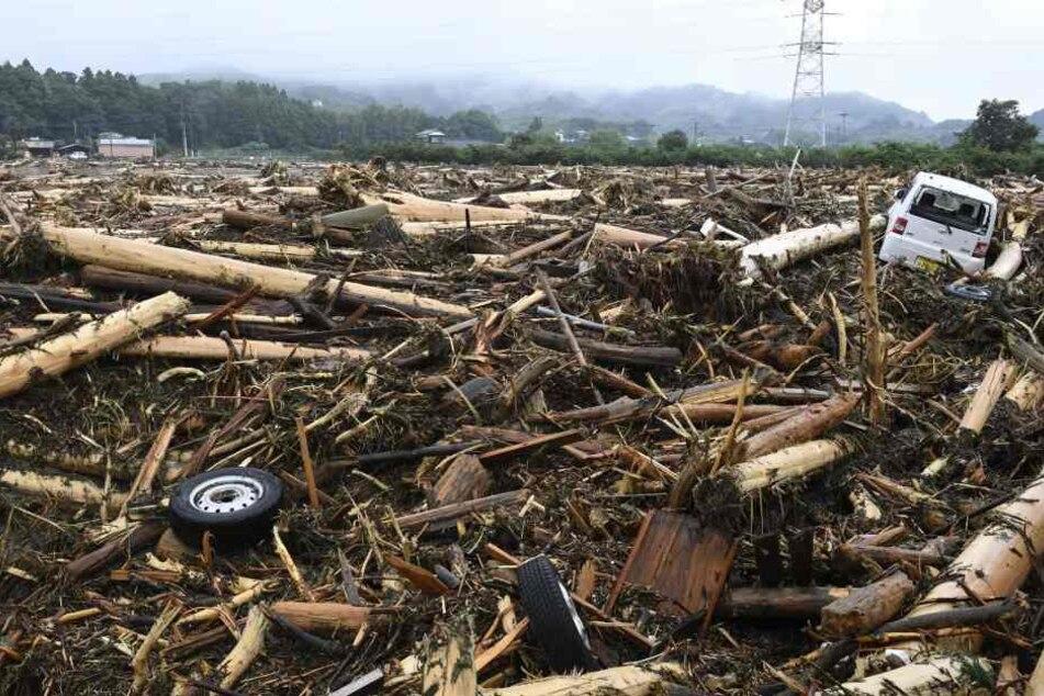 In Japan sind mindestens sieben Menschen bei Überschwemmungen ums Leben gekommen.