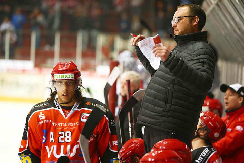 Trainer Chris Lee muss seine Crimmitschauer Eispiraten langsam in die Spur bringen.