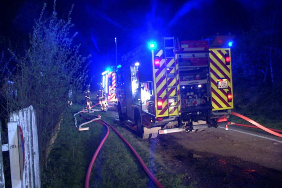 Die Feuerwehr Kaitz, die in die Kleingartensiedlung ausrückte, hatte Probleme, an die brennende Laube heranzukommen.