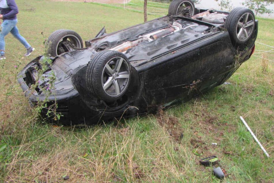 Auto kracht durch Bäume und überschlägt sich, Insassen fast unverletzt
