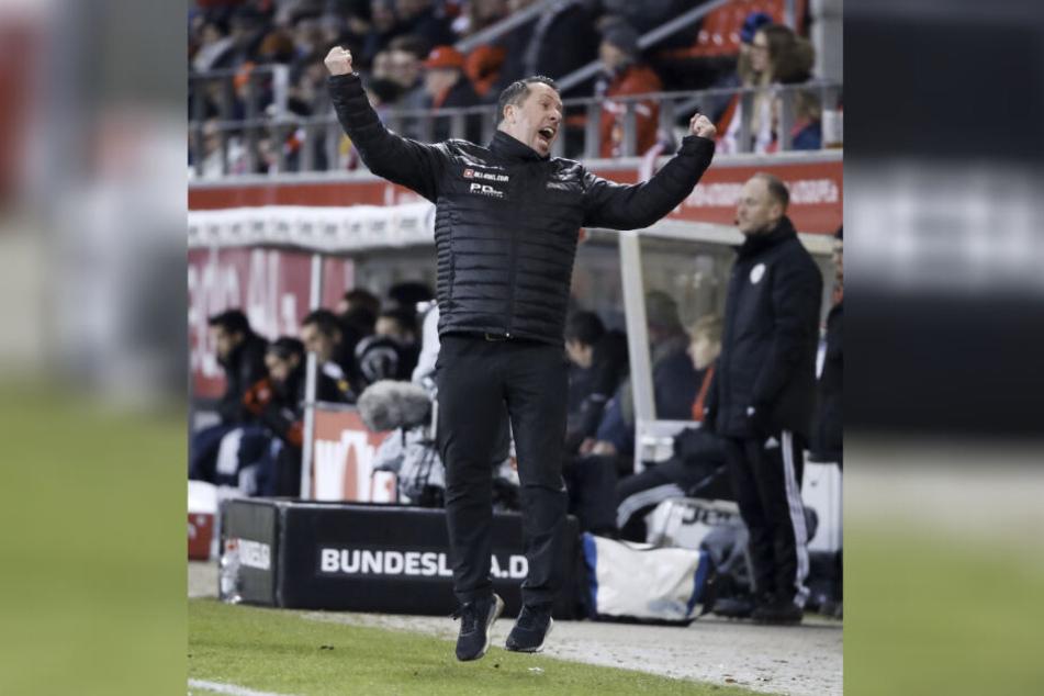 Da hebt er ab! Dynamo-Trainer Markus Kauczinski springt beim Schlusspfiff vor Freude in die Höhe.
