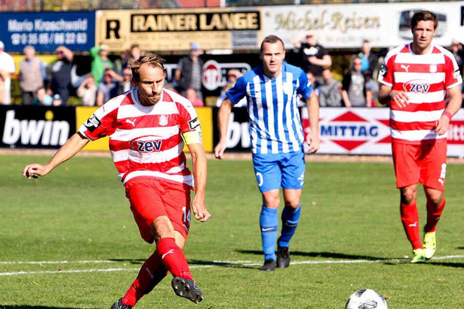 Vom Punkt treffsicher - wie hier gegen den FC Oberlausitz im Landespokal. Als Abwehrspieler ist Toni Wachsmuth Zwickaus bester Torschütze.