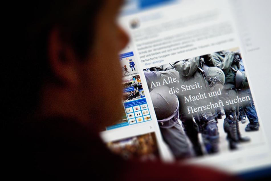 Ein Mann betrachtet einen fragwürdigen Facebook-Post.