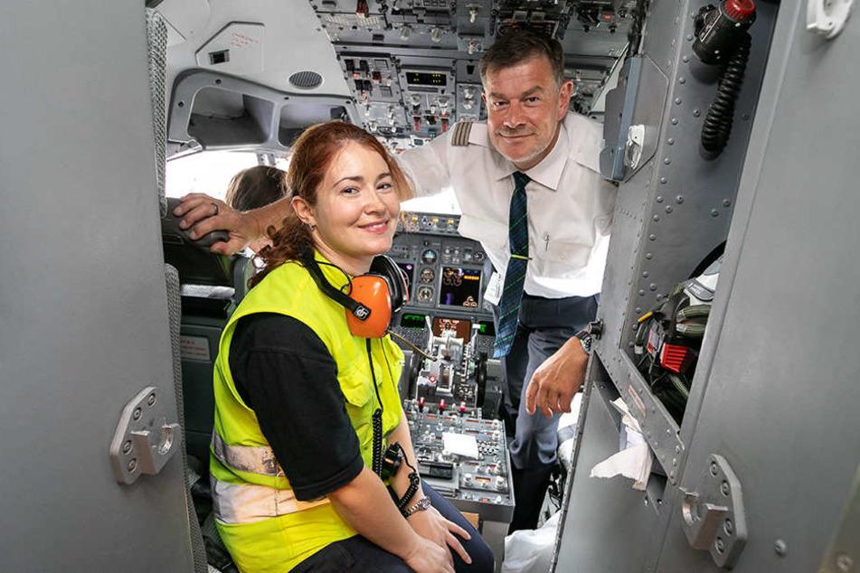 Sie hat das Kommando am Boden, er in der Luft: Ramp Agentin Nadezda Yaroslavtseva (30) trifft Flugkapitän Olaf Feig (53) zu einer kurzen Lagebesprechung im Cockpit.
