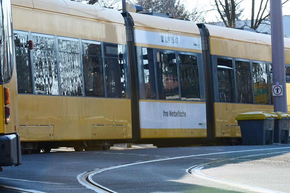 Als die Frau aus der Straßenbahnlinie 2 ausstieg, wurde sie geschubst und getreten.