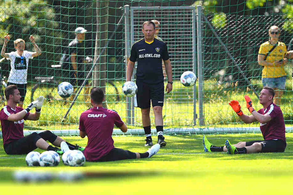Dynamos Torhüter-Trainer Brano Arsenovic schaut genau hin: Er hat mit (v.l.) Tim Boss, Patrick Wiegers und Kevin Broll drei starke Leute.