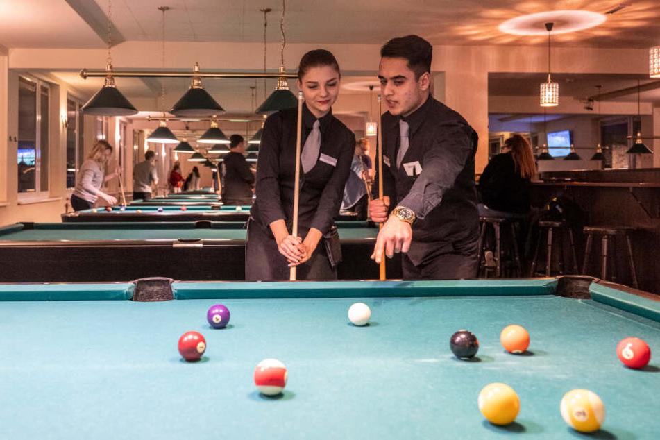 Billard - und Speed-Dating: Das ist Silvester-Programm im Café Moskau, das noch Platz für Dating-Willige hat.