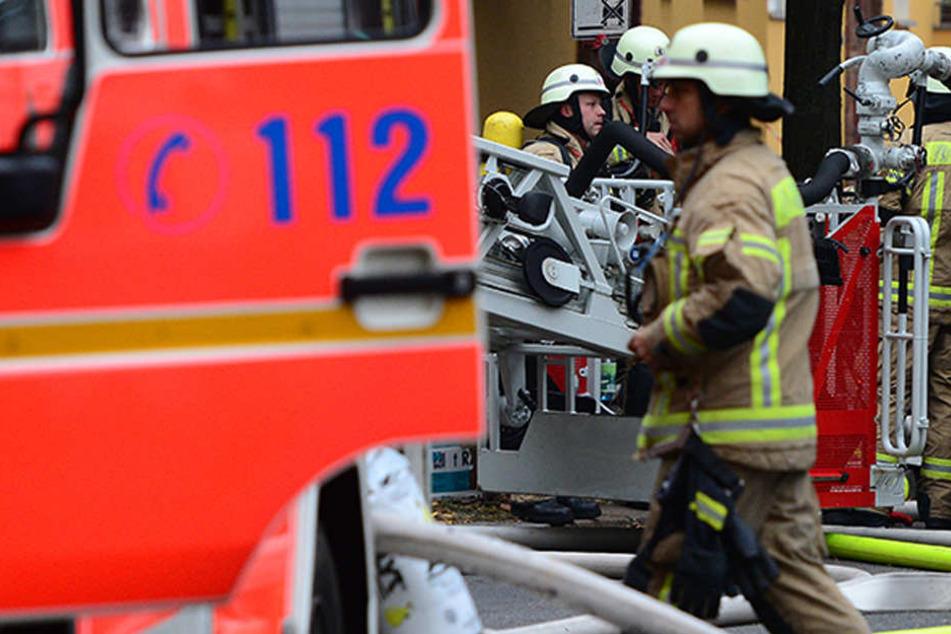 Der Mann ließ sich von der Polizei widerstandslos abführen. Die Feuerwehr konnte glücklicherweise ein Ausbreiten der Flammen verhindern. (Symbolbild)