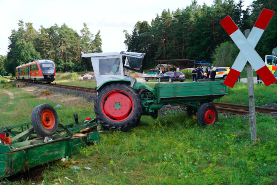 Zug und Traktor krachen an unbeschränktem Bahnübergang zusammen
