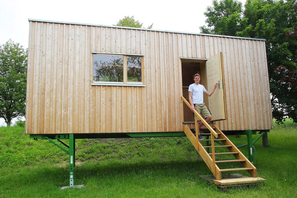 """Andreas Graf (24) baute rund ein Jahr an seiner """"Villa Larix"""". Jetzt steht sie auch Gästen im Freibad in Obercunnersdorf offen."""