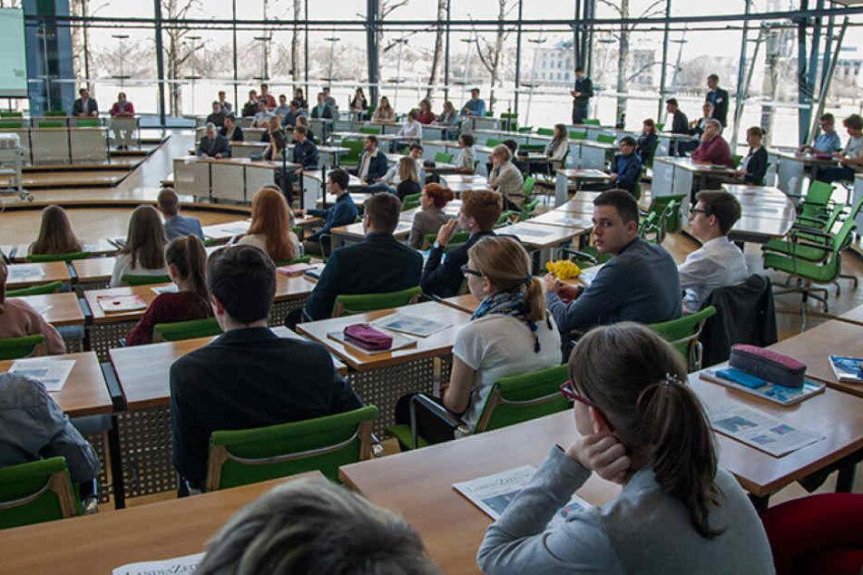 Politik erleben: Im Landtag probierten sich die Schüler in Ausschüssen und  Fraktionssitzungen aus.