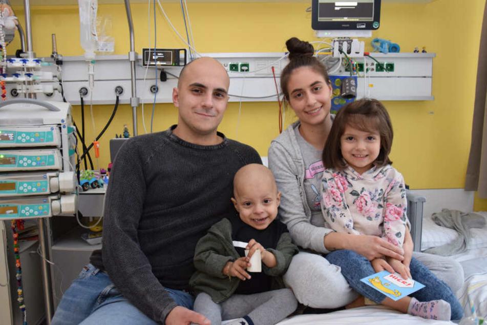Daniele und Mariarosa sitzen mit ihren Kindern Michele und Mariella auf dem Bett.