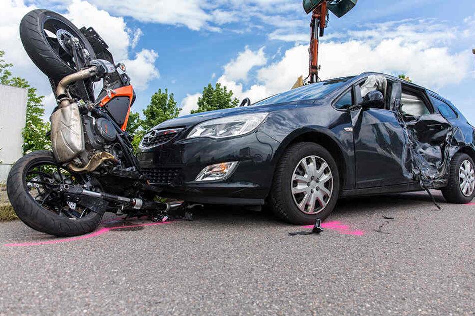 Das Motorrad verkeilte sich bei dem Unfall in dem Opel.