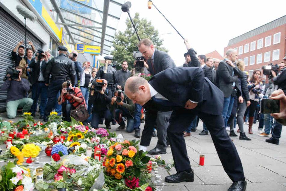 Nach der Tat legte Hamburgs Erster Bürgermeister Olaf Scholz Blumen vor dem Supermarkt ab.