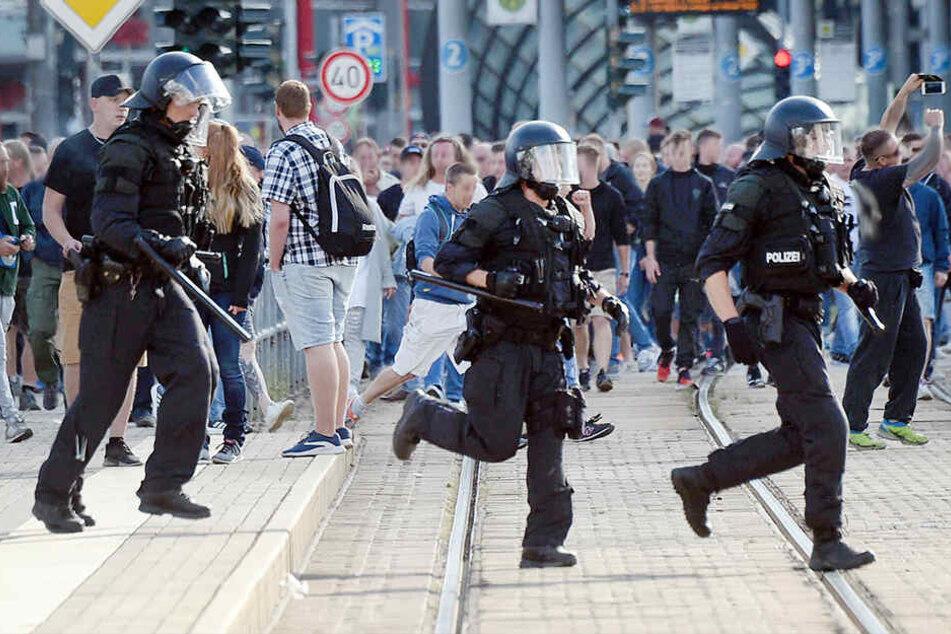 Beamte bei Demo angegriffen: Polizei nimmt Verdächtigen fest