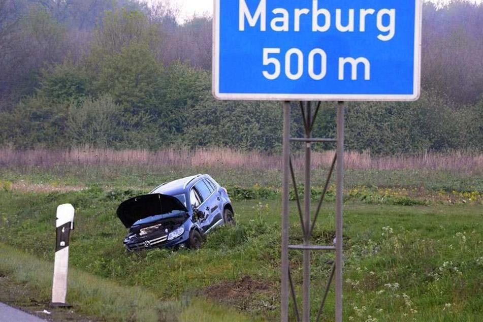 """Kurz vorm Parkplatz """"Marburg"""" landete der VW in der Böschung."""