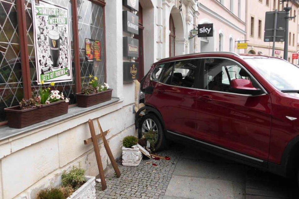 Das Ausparkmanöver dieses BMW-Fahrers ging schief.