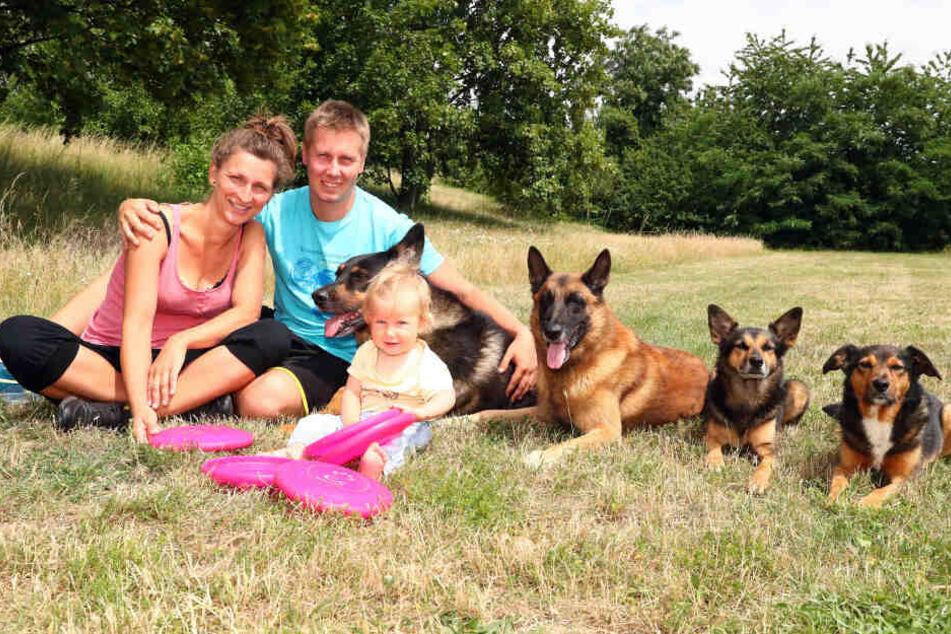Thomas Fischer mit Freundin Marlenaund Töchterchen Leana mit ihren Hunden v.l.: Basso, Bolle, Prag und Ronny.
