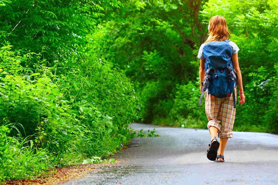 Beim Spazierengehen: Frau mit Kind sexuell belästigt