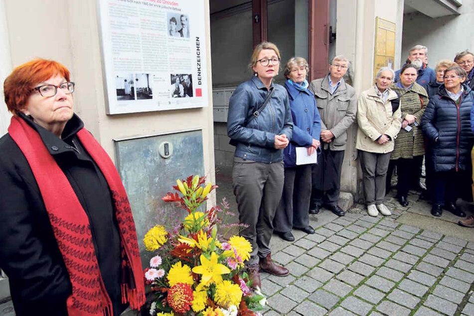 Nora Goldenbogen (68, l.),  Vorsitzende der jüdischen Gemeinde, weihte das elfte Denkzeichen  ein.