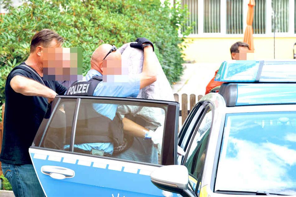 Mann in Wohnung erstochen: Polizisten führen Nachbarn (18) ab