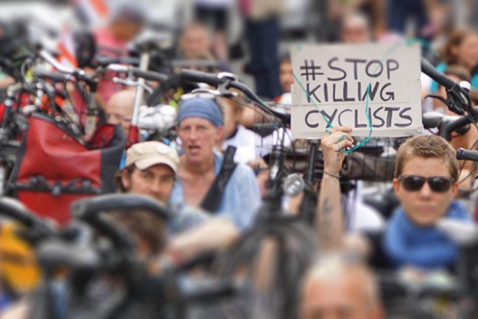 Mehrere hundert Menschen versammelt sich zur Mahnwache in Neukölln, um den verstorbenen 55-jährigen Radfahrer zu gedenken.